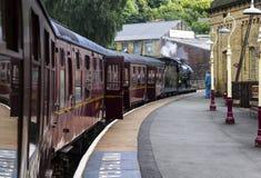 Treno a vapore alla stazione ferroviaria di Keighley su Keighley e degno la ferrovia della valle Yorkshire, Inghilterra, Regno Un immagini stock