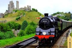 Treno a vapore che passa il castello di Corfe fotografie stock libere da diritti