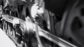 Treno a vapore vicino su delle ruote e del fumo in bianco e nero video d archivio