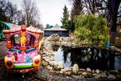 Treno variopinto del ` s dei bambini in parco di divertimenti nella città di Kropyvnytskyi Fotografia Stock Libera da Diritti