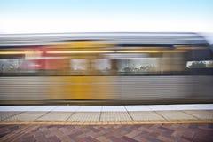Treno variopinto fermato alla parte anteriore della stazione illustrazione di stock