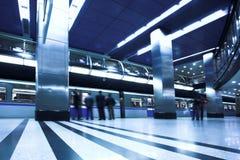 Treno veloce blu alla piattaforma Immagini Stock Libere da Diritti