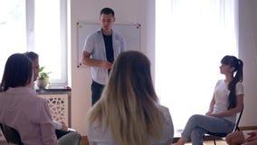 Trenować i rozwój, ludzie słucha mówca na psychologicznym spotkaniu na tło desce z słowem - problemy zdjęcie wideo
