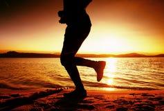 Trenować przy zmierzchem Sylwetka jogger przy ścieżką wzdłuż jeziornej linii brzegowej Obrazy Royalty Free