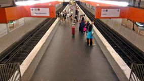 Trens de espera no metro fotografia de stock royalty free