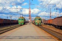 Trens de frete que passam a estação Fotos de Stock