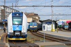 Trens de passageiros no estação de caminhos-de-ferro central Brno, república checa Fotografia de Stock Royalty Free