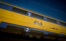 Trens do Dutch na estação da central de Amsterdão Imagens de Stock Royalty Free