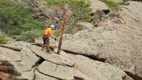 Trens do homem para conquistar a rocha video estoque