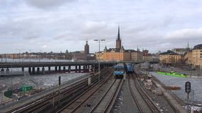 Trens do metro na ponte Gamla Stan Tunnelbanabron Timelapse de Éstocolmo video estoque