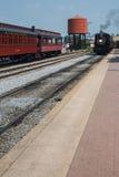 Trens do vintage e torre de água vermelha na estrada de ferro de Strasburg imagem de stock royalty free