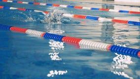 Trens fêmeas de um nadador em uma associação vídeos de arquivo