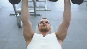 Trens musculares novos do homem no gym Atleta do treinamento do peso vídeos de arquivo