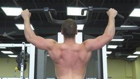 Trens musculares novos do homem no gym Atleta do treinamento do peso video estoque