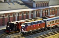 Trens na estação de comboio. Inclinar-desloc a foto Imagens de Stock Royalty Free