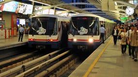 Trens ou Skytrains do BTS em uma estação em Banguecoque Fotos de Stock Royalty Free