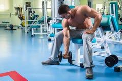 Trens profissionais de um atleta no gym imagens de stock