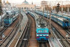 Trens velhos em estradas de ferro ucranianas imagens de stock royalty free