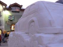 Trentino, Itali? 01/06/2011 Sneeuwbeeldhouwwerk die een auto afschilderen royalty-vrije stock fotografie