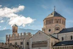 Trento, Ιταλία: Οι οικοδεσπότες πλατειών το Romanesque Duomo του SAN Vigilio, που στηρίζεται το 1212 στην επιτροπή του επισκόπου  Στοκ Φωτογραφίες
