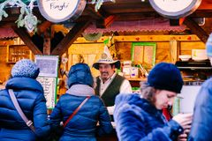 TRENTO ALT- ADIGE, ITALIEN - DECEMBER 17, 2016: typiska produkter på den traditionella julmarknaden Arkivfoto