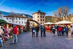 TRENTO, ALT DIE ETSCH, ITALIEN - 17. DEZEMBER 2016: traditioneller Weihnachtsmarkt stockfotografie