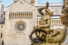 Trento - Fontana del Nettuno och Cattedrale di San Vigilio på th Fotografering för Bildbyråer