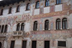 Trento, Itália, casas pitorescas em Trento, frescoed foto de stock royalty free