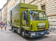 Trento, Italië, 14 Augustus 2017 - een groene Forst-biervrachtwagen in de streptokok Stock Fotografie