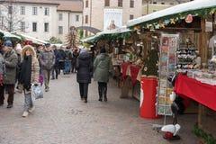 TRENTO, ITALIË - DECEMBER 1, 2015 - Mensen bij traditionele Kerstmismarkt Stock Afbeeldingen
