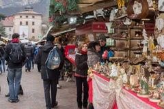 TRENTO, ITALIË - DECEMBER 1, 2015 - Mensen bij traditionele Kerstmismarkt Stock Afbeelding