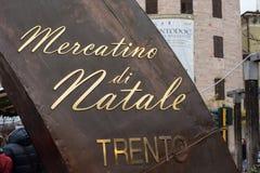TRENTO, ITALIË - DECEMBER 1, 2015 - Mensen bij traditionele Kerstmismarkt Royalty-vrije Stock Afbeelding