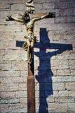 TRENTO, Italia - 21 de febrero de 2018: crucifijo de madera en la abadía de San Lorenzo, Trentino Alto Adige, Italia Foto de archivo