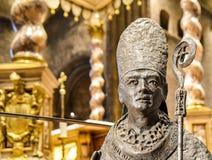 TRENTO, Italia - 21 febbraio 2018: statua bronzea di San Vigilio, patrono del trento, nella cattedrale di San Vigilio o in catted fotografie stock libere da diritti