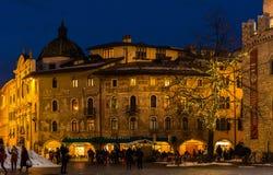 TRENTO, Italia, il 16 dicembre 2017: Natale in Trento, una vecchia città affascinante con le luci di Natale Immagine Stock