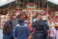 TRENTO, ITALIE - 1er décembre 2015 - les gens au marché traditionnel de Noël Images stock
