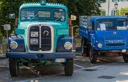 Trento Italien: juli 22, 2017: möte av klassiska bilar Gammal tappninglastbil på parkeringen Arkivfoton