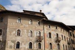 Trento Italien, två pittoreska hus på duomoen, frescoed royaltyfri bild