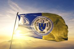 Trenton-Stadthauptstadt von New-Jersey des Flaggentextilstoffgewebes Vereinigter Staaten, das auf den Spitzensonnenaufgangnebelne lizenzfreie stockbilder
