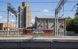 Trenuje na Moskwa Kursky pasażerskim estradowym kolejowym terminal, Rosja obrazy royalty free
