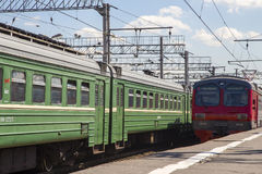 Trenuje na Moskwa Kursky pasażerskim estradowym kolejowym terminal, Rosja fotografia stock