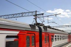 Trenuje na Moskwa Kursky pasażerskim estradowym kolejowym terminal, Rosja zdjęcia stock