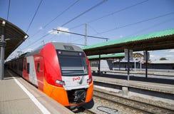 Trenuje na Moskwa Kursky pasażerskim estradowym kolejowym terminal, Rosja obraz royalty free