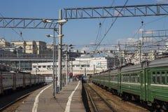 Trenuje na Moskwa Kursky pasażerskim estradowym kolejowym terminal, Rosja obraz stock