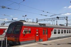 Trenuje na Moskwa Kursky pasażerskim estradowym kolejowym terminal, Rosja zdjęcia royalty free