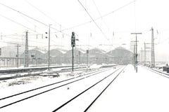 Trenuje w Wintertime na śladzie w śnieżnym podmuchu Fotografia Stock