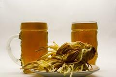 Trenza del queso con la cerveza en un fondo ligero imagen de archivo libre de regalías