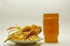 Trenza del queso con la cerveza en un fondo ligero fotografía de archivo libre de regalías