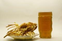 Trenza del queso con la cerveza en un fondo ligero foto de archivo