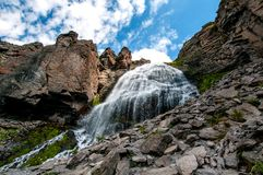 Trenzas de niña de la cascada en el parque natural de región de Elbrus imagenes de archivo